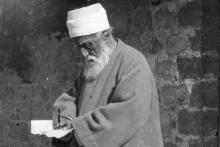 'Abdu'l-Bahá skrifar bréf þegar Hann var í Landinu helga árið 1920.