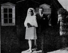 Bahá'í brúðhjón fyrir framan Árbæjarkirkju að vígslu lokinni.