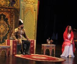 Í þessari senu hittir Nasiri'd-Dín Shah, konungur Persíu, Táhirih og biðst til að giftast henni ef hún hafni trú sinni.