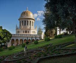 Helgidómur Bábsins, fyrirrennara Bahá'u'lláh, er staðsettur á miðju Karmelfjalli í borginni Haifa, Ísrael.