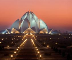 Bahá'í tilbeiðsluhúsið í Nýju Delhi, Indlandi er upplýst að nóttu til.